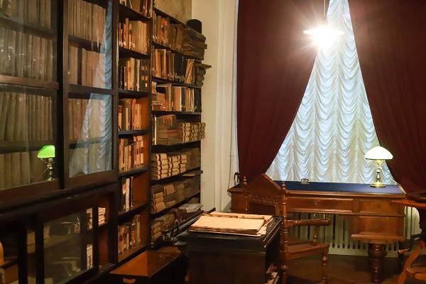 Библиотека Менделеева — 20 тысяч томов.